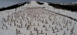 Массовый спуск в бикини на лыжах