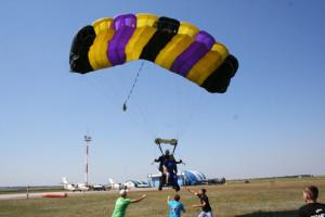 80-летняя спортсменка совершила свой 664 прыжок с парашютом  (5)