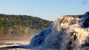 Жуткое видео с беспилотника экстремала потопил водопад из-за внезапного наводнения