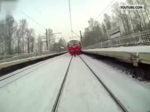 Экстремал прокатился на лыжах с помощью поезда