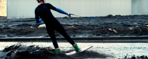 Райдер проехал по кучам грязи и глубоким лужам на вейкборде