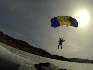 Российские парашютисты прыгнули в прорубь на Байкале с высоты 1,5 км