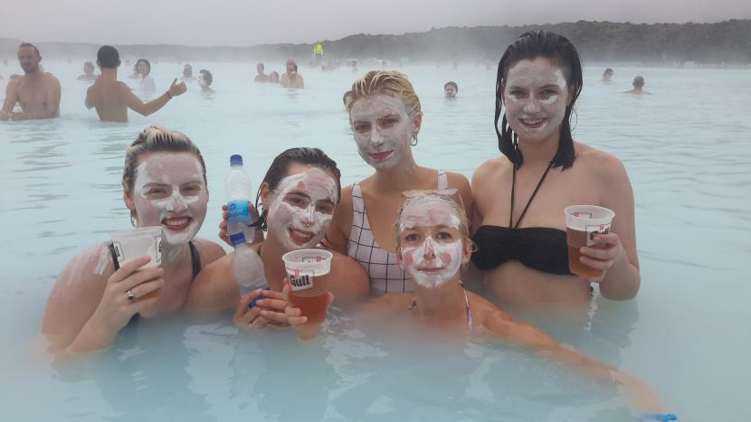 Исландия. Бассейн с геотермальными водами