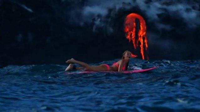 Блондинка максимально близко подплыла к действующему вулкану
