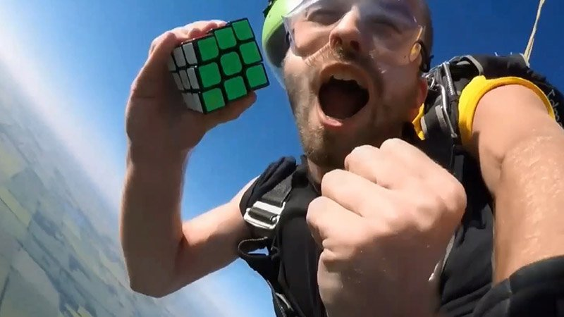 Экстремал собрал кубик Рубика в свободном полете