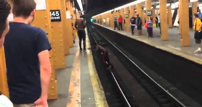Паркурщик-неудачник сделал попытку перепрыгнуть через рельсы в метро