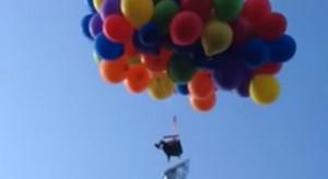 Парень поднялся в небо на шезлонге с воздушными шарами