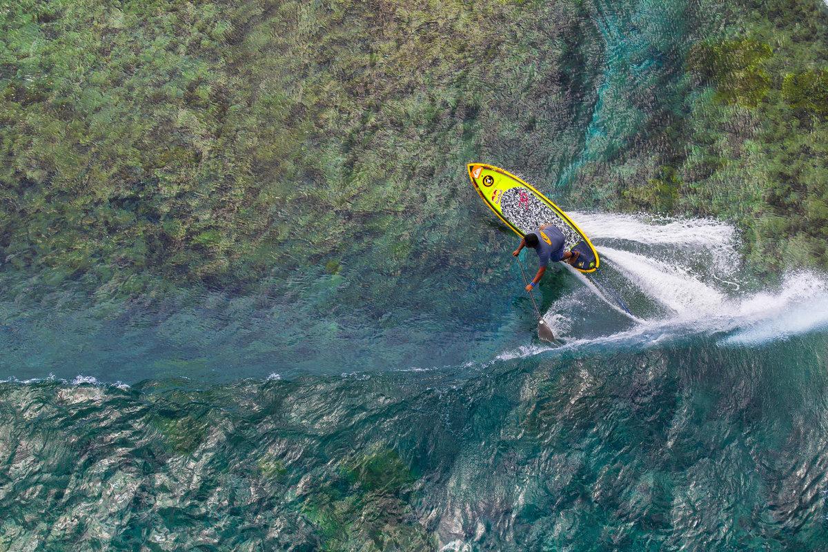 © Ben Thouard : Raimana Van Bastolaer carving above the reef