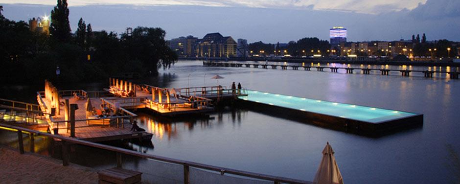 Германия. Бассейн, плавающий в реке