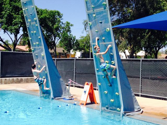 Скалодром на воде для детей