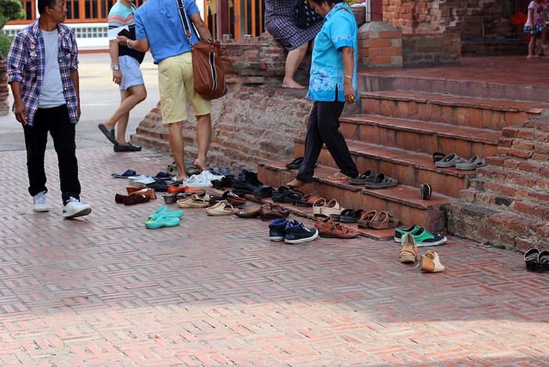 обувь снятая возле храмов и магазинов