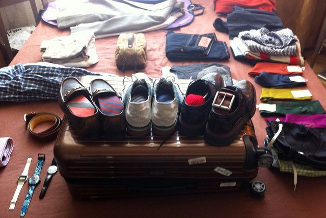 Ремни и обувь в чемодане