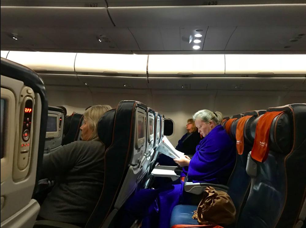 накидка или шарф в самолете