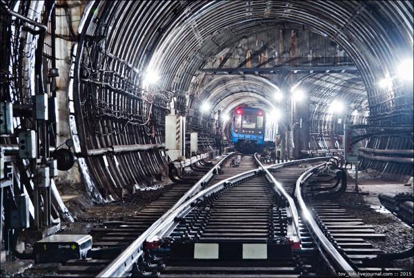 Поезд метро стоит в тоннеле